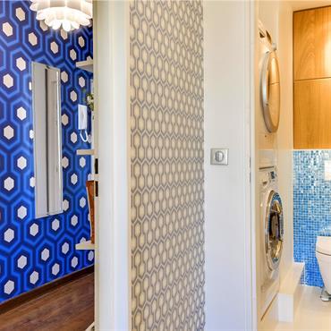 En sortant de la chambre, la salle de bain et le couloir