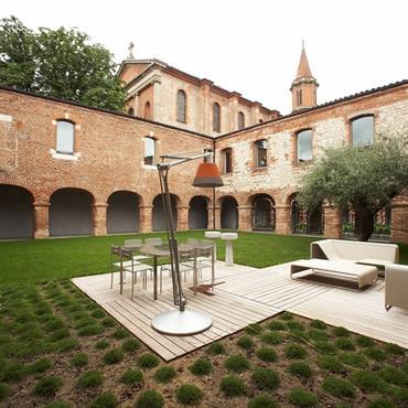 Le dessin sobre et contemporain du jardin et de la terrasse en bois offre un design qui valorise le caractère de la façade historique.