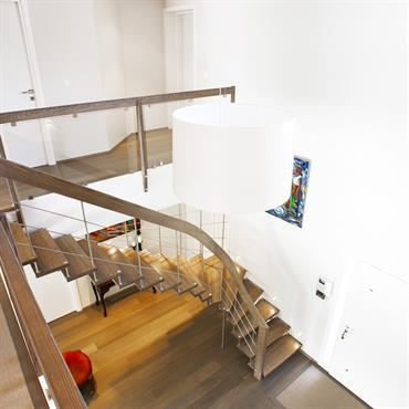 Escalier ajouré avec main courante en acier et bois