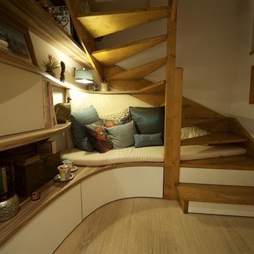 Banquette et aménagements sur mesure sous l'escalier