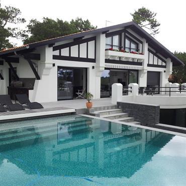 Maison de charme avec piscine en mosaïque bleu