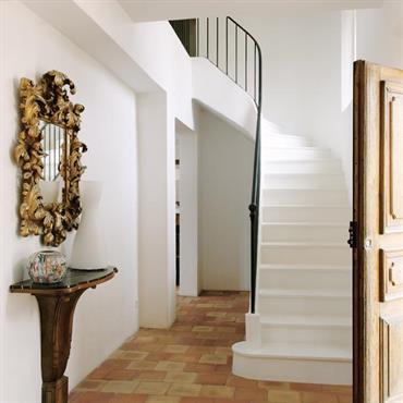 L'entrée donne sur un bel escalier sur voûte sarrazine.