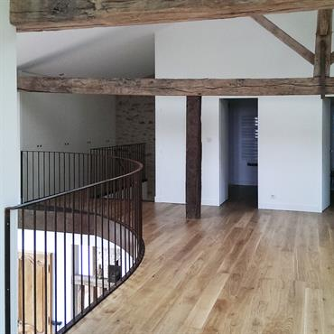 Mezzanine avec parquet et poutres apparentes