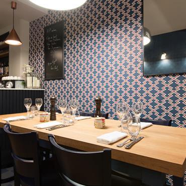 Salle de restaurant graphique et coloré