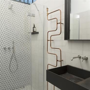 Douche italienne et radiateur sèche serviettes original dans la salle d'eau