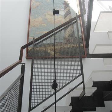 Escalier contemporain design transparent avec garde corps en métal et bois. Idée décoration cage d'escalier