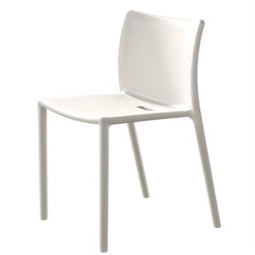 Chaise empilable Magis Design Blanc Matière plastique L 51 x l 49 x H 77,5 cm (Haut assise 47 cm) Une petite chaise très sympa, signée Jasper Morrison. Elle a ...