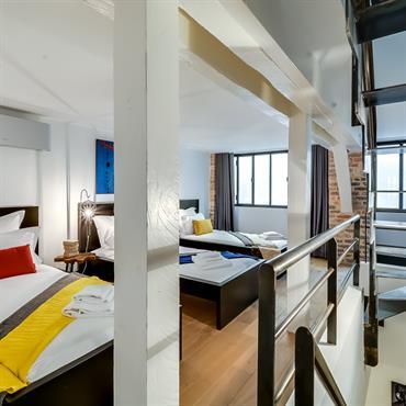 Chambre style dortoir.Escalier en acier.