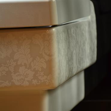 WC contemporain avec motifs classiques