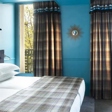 Chambre avec rideaux et dessus de lit Maison Thevenon