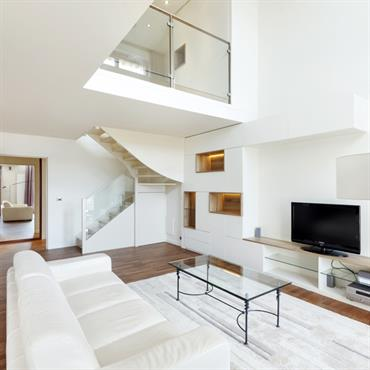 L'architecte d'intérieur a su répondre efficacement aux besoins de ses Clients, qui ont souhaité une ambiance épuré, élégante et sobre. Le blanc présent dans tout l'appartement a été la solution ...