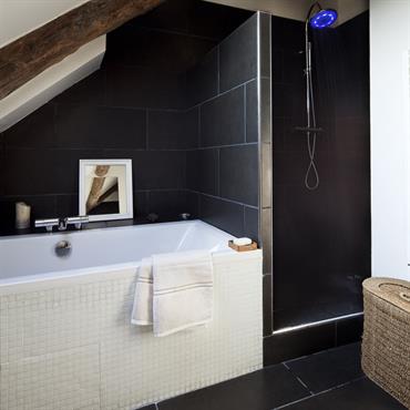 la petite salle de bain mansarde offre des tons neutres et des lignes modernes avec ses - Salle De Bain Petite Et Moderne