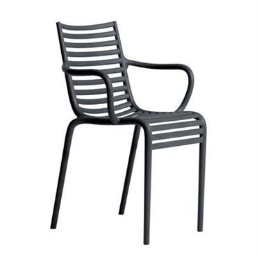 Fauteuil empilable Driade Design Gris Matière plastique l. 55 x Prof. 54 x H. 82 x H. assise 47 x H. accoudoirs 65 cm PIP-e est un fauteuil d´une élégance ...