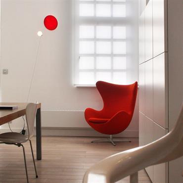 Bureau épuré en blanc et touche de rouge.