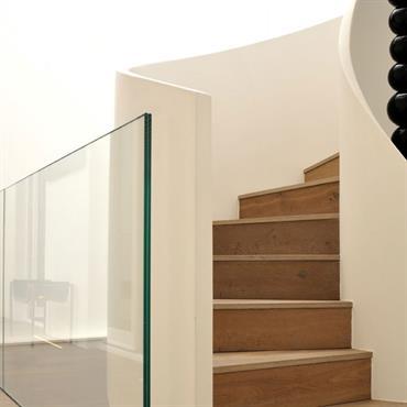 L'escalier hélicoïdale dessert chaque étage de manière élégante