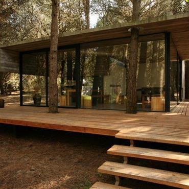 Maison et bois au milieu de la forêt