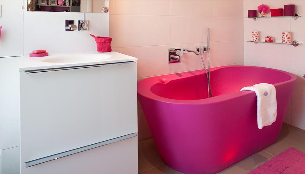 salle de bain enfant avec baignoire rose et meuble vasque blanc. Black Bedroom Furniture Sets. Home Design Ideas