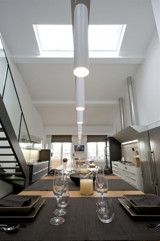 Îlot de cuisine en longueur ponctué de suspension lumineuses blanches