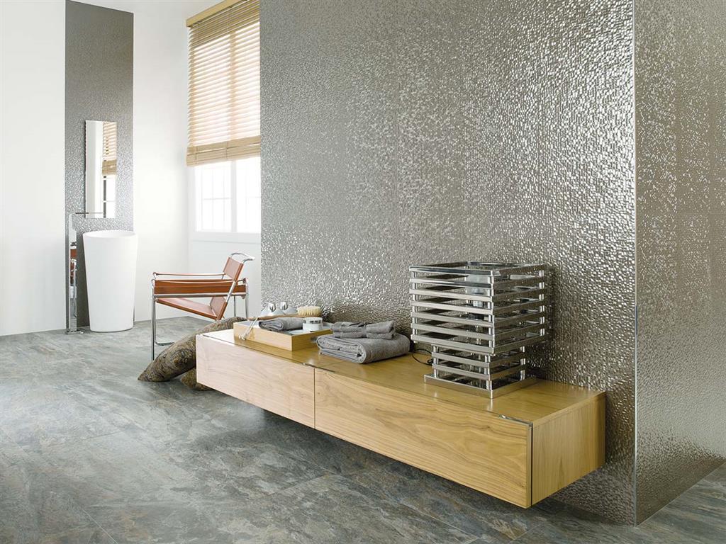 carrelage métallisé au mur aux reflets très brillants
