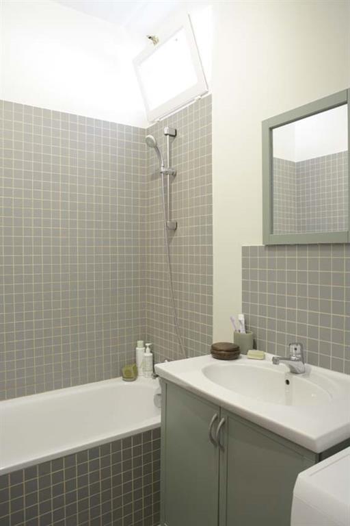 Salle de bain habillée de faïence grise