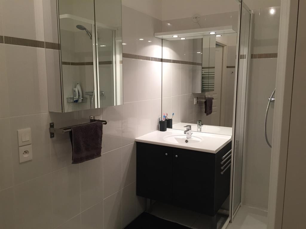 Salle de bain moderne noire et blanche homework photo n 34 for Salle de bain noire et blanche