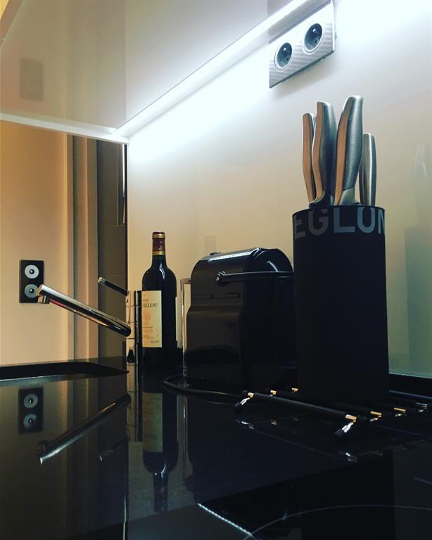 r alisation d 39 une cuisine compacte sur mesure pour un petit appartement tr s fonctionnel. Black Bedroom Furniture Sets. Home Design Ideas
