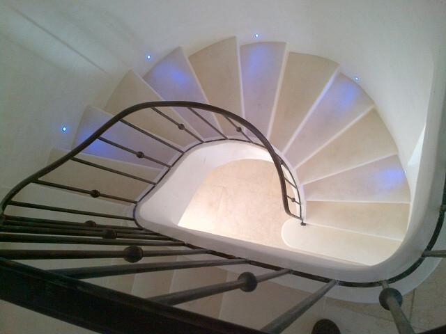 L'Escalier Maçonné Offre Un Beau Garde Corps En Fer Et Un Éclairage