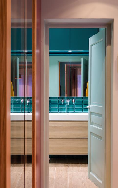 Salle De Bain Avec Carreaux Métro En Verre Et Meuble Sous Vasque
