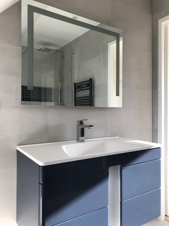 Salle de douche contemporaine gris et bleu Nuance d\'intérieur