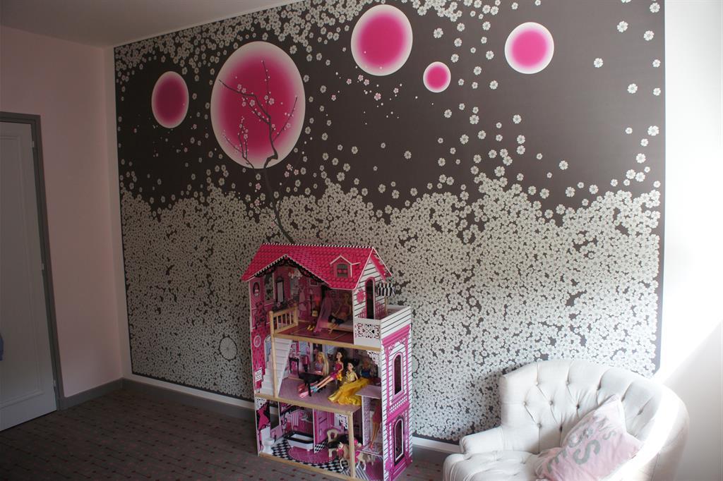 un pan de mur comme l ment central de cette chambre de. Black Bedroom Furniture Sets. Home Design Ideas