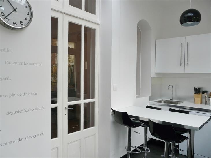 Petite cuisine blanche avec table manger pour 4 personnes - Table cuisine 4 personnes ...