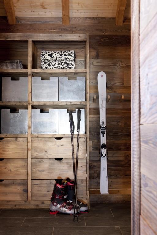 un coin montagne pour ranger les skis avec chalets bayrou. Black Bedroom Furniture Sets. Home Design Ideas