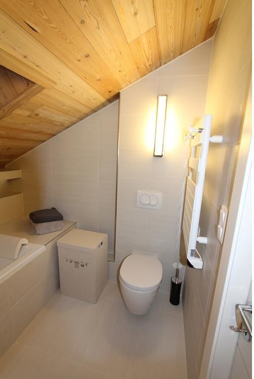Wc dans la salle de bain sous combles andralena photo n 60 for Salle de bain sous escalier