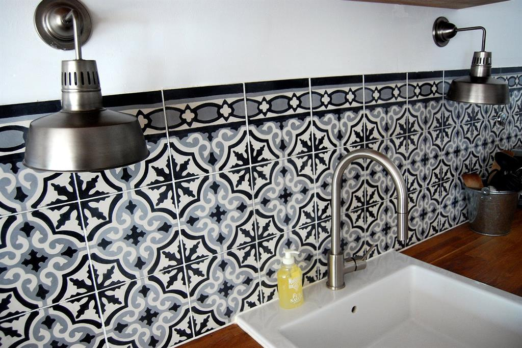 Carrelage ancien en cr dence bo m photo n 07 domozoom for Carrelage portugais cuisine