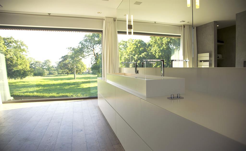 Salle de bains blanche et bois vue sur verger