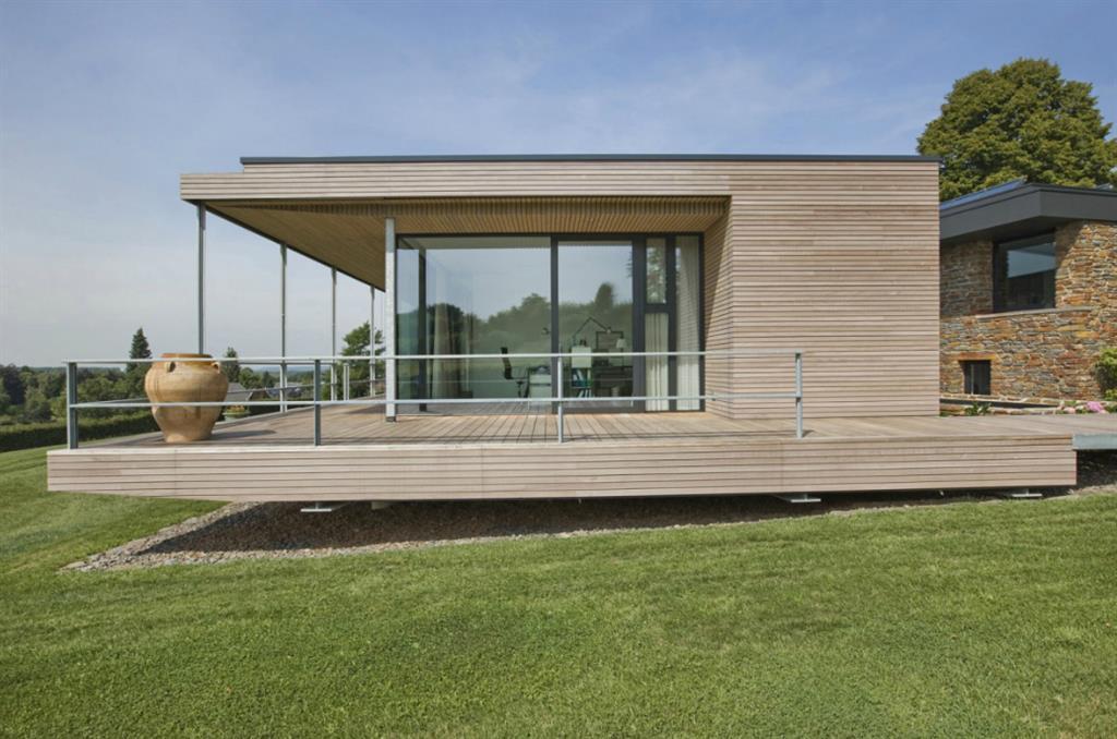maison contemporaine en bois avec toiture plate d bord. Black Bedroom Furniture Sets. Home Design Ideas