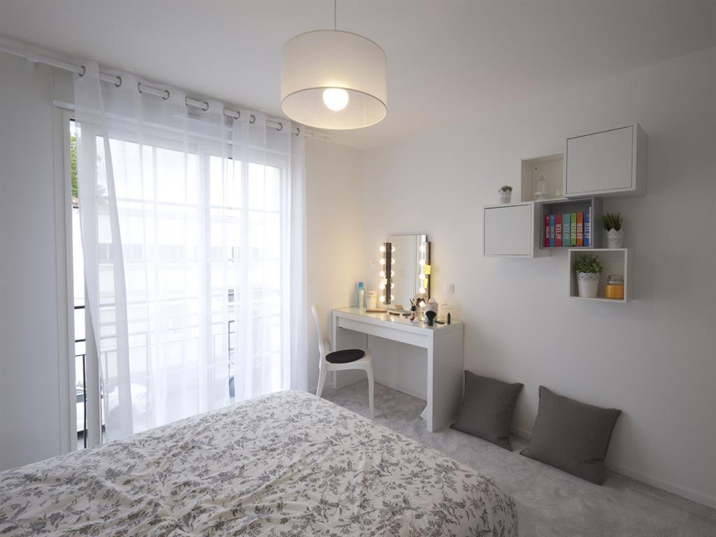 l 39 adolescente souhaitait une chambre blanche avec coiffeuse. Black Bedroom Furniture Sets. Home Design Ideas