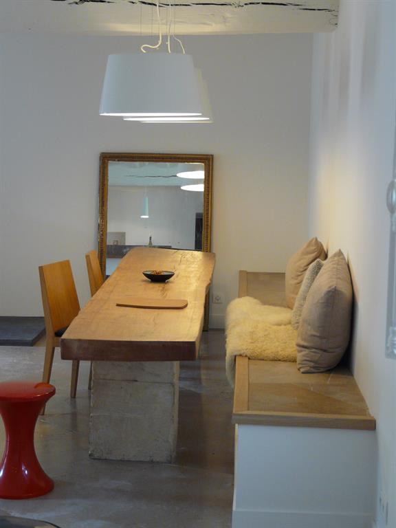 Image L'aspect authentique et moderne de cette pièce est donné par la table montmarin interior design
