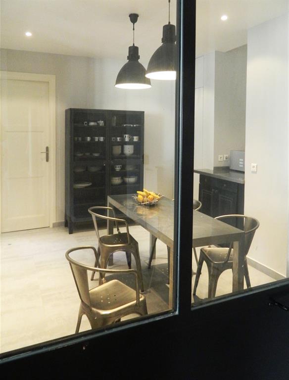 Cuisine industrielle avec mobilier en m tal les murs ont for Mobilier cuisine industrielle
