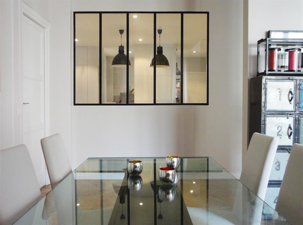 Salle à manger style industriel avec baie vitrée
