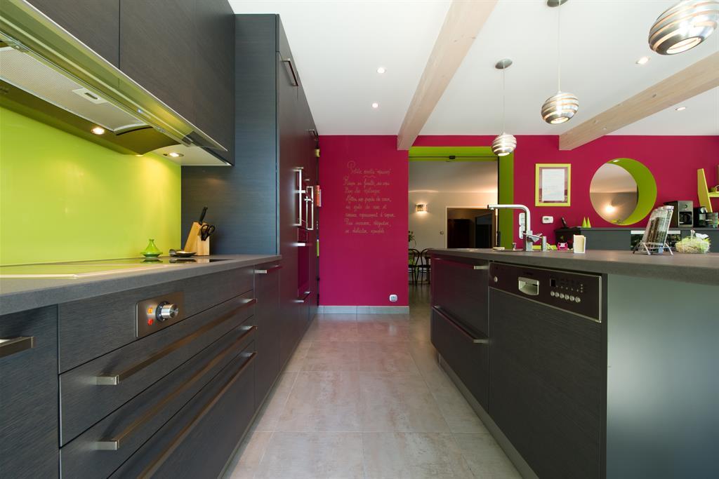 Murs rose et vert et meubles design