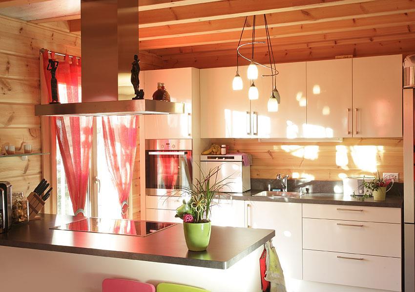 Cuisine contemporaine avec meubles blancs dans un chalet
