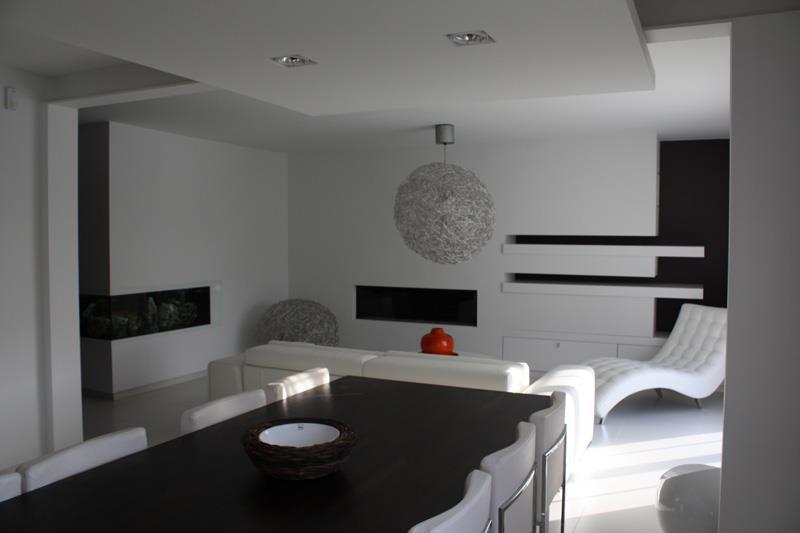 pi ce vivre contemporaine en noir et blanc dezin. Black Bedroom Furniture Sets. Home Design Ideas