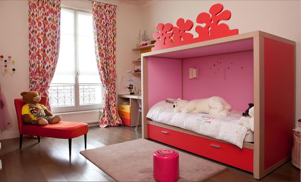 chambre de fille avec lit cabane rose christiansen design. Black Bedroom Furniture Sets. Home Design Ideas