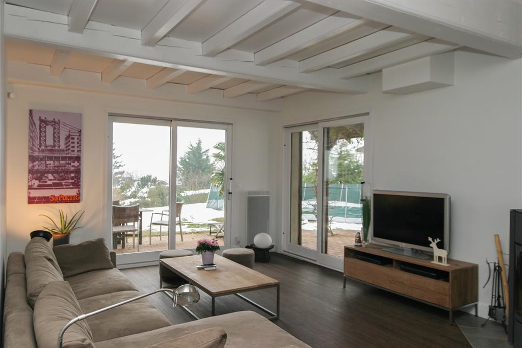 Salon ouvert sur la terrasse et piscine catherine monnet for Salon ouvert