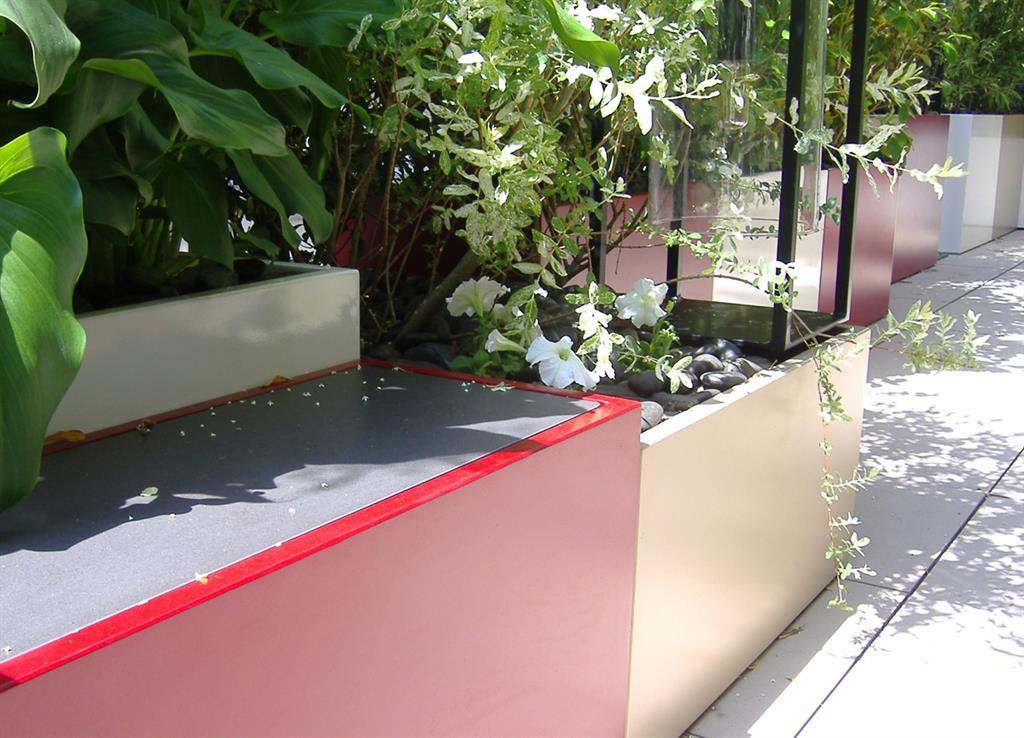 Jardinières et petite table rouge sur un balcon ATELIER SO GREEN ...