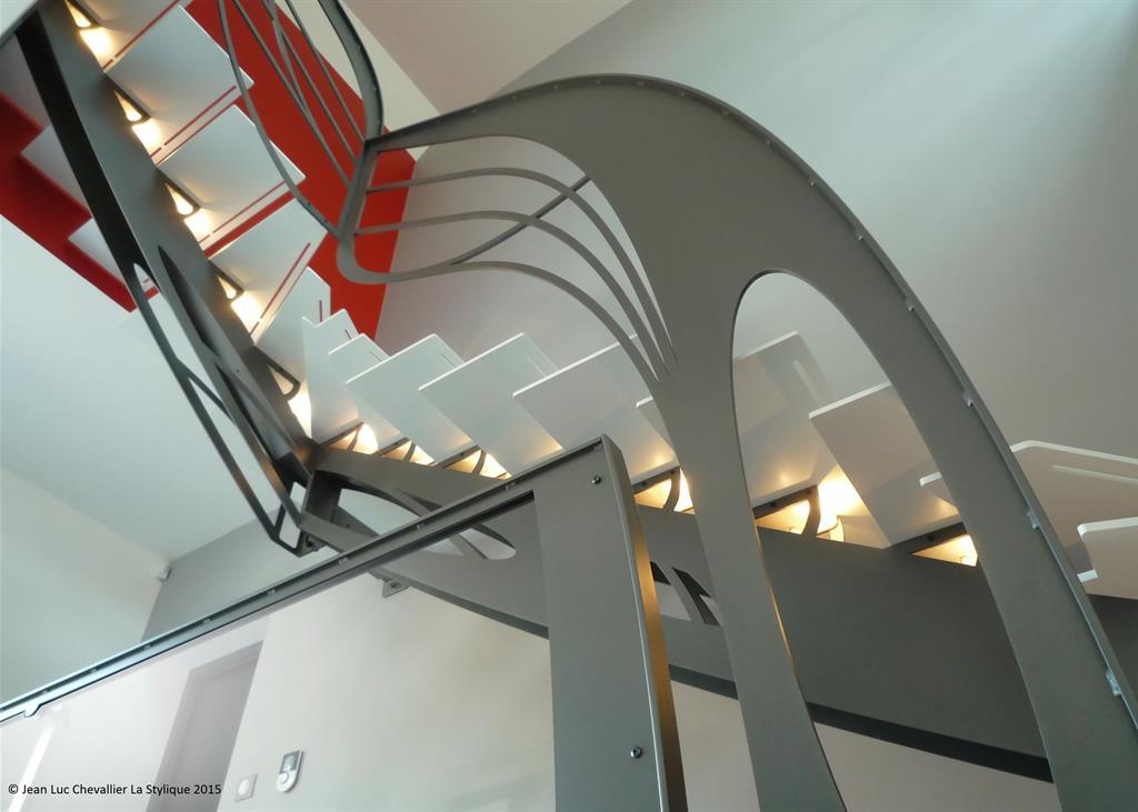 Cet escalier double quart tournant en métal d'inspiration Art Nouveau