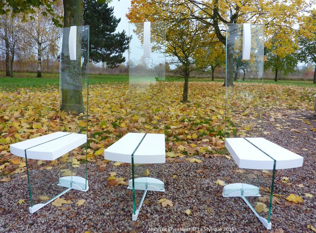 Cette collection de chaise design et de table contemporaine