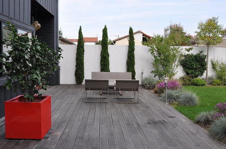 terrasse en bois dans un jardin de ville avec quipements design. Black Bedroom Furniture Sets. Home Design Ideas