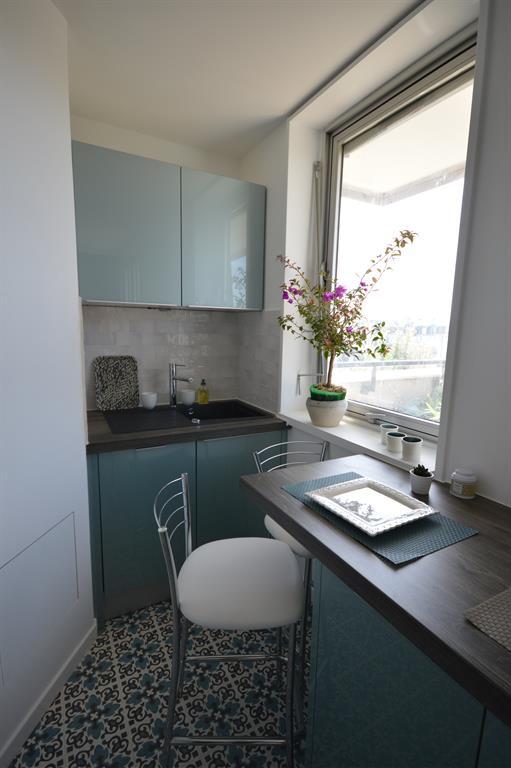 am nagement d 39 un coin repas avec bar et tabouret dans une petite cuisine. Black Bedroom Furniture Sets. Home Design Ideas